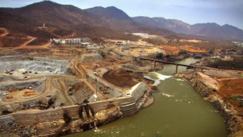 stockvideo's en b-roll-footage met sequence of aerial shots over the partially constructed grand ethiopian renaissance dam in ethiopia.  - dam mens gemaakte bouwwerken