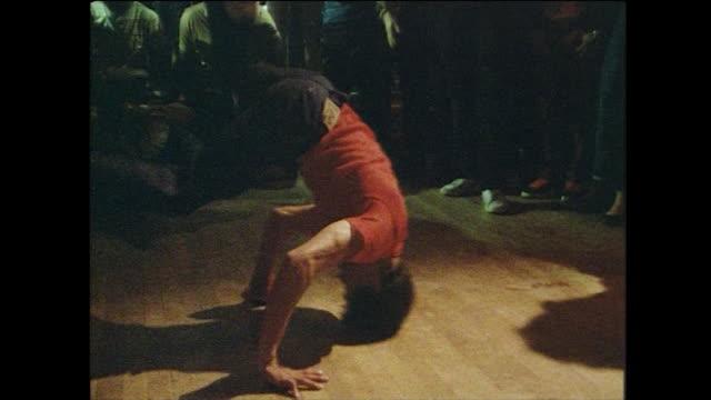 vídeos de stock e filmes b-roll de sequence of breakdancers on dancefloor; new york, 1984 - hip hop