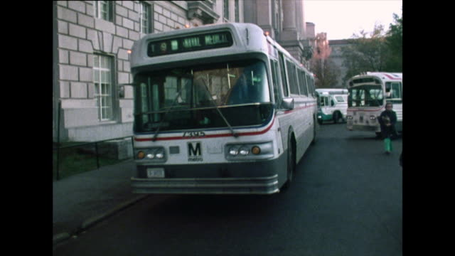 vídeos de stock e filmes b-roll de sequence of buses at rush hour in washington d.c.; 1976 - 1976