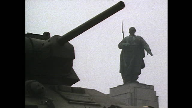 sequence of close-ups showing a gold soviet emblem and statues on the soviet ww2 war memorial in west berlin's tiergarten area; 1985. - national landmark stock videos & royalty-free footage