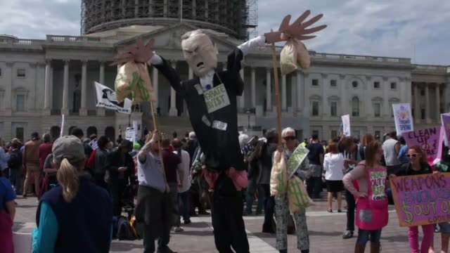 sequence of demonstrators chanting and carrying banners at the capitol building as the us capitol police and news media look on natural audio in... - chanting stock videos and b-roll footage