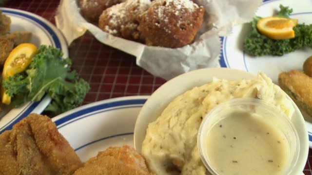 vídeos y material grabado en eventos de stock de sequence of food porn shots featuring fried chicken dinner from del rheas. - pollo frito