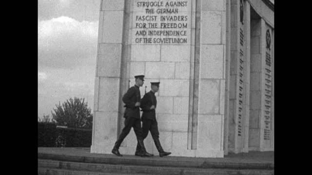 sequence of gv's showing the russian second world war memorial in berlin's tiergarten; berlin, 1959. memorial. memorial zoom in to two soldiers... - 1950 1959 stock videos & royalty-free footage