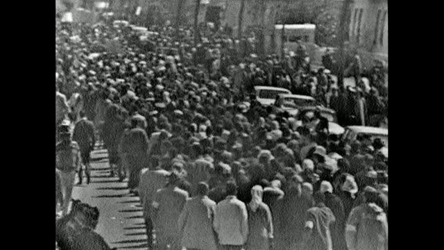 vídeos de stock, filmes e b-roll de sequence of high angle views showing protest marchers leaving selma on 21st march 1965. has of marchers including nuns wearing habits. / rear view... - 1965