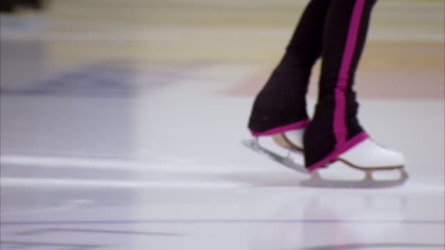 sequence of ice skaters feet, skating in the 'english' style - menschliche gliedmaßen stock-videos und b-roll-filmmaterial