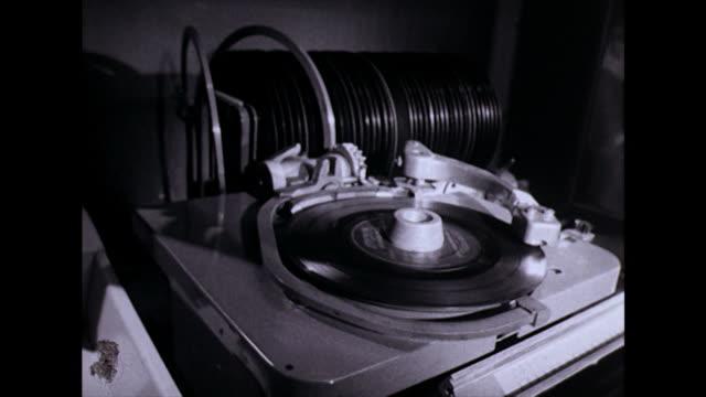 vídeos y material grabado en eventos de stock de cu sequence of jukebox mechanisms playing record;1974 - montaje técnica de vídeo