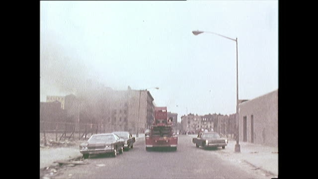 vídeos de stock e filmes b-roll de sequence of nyfd firefighters arriving at a fire; 1972 - pessoas ao fundo