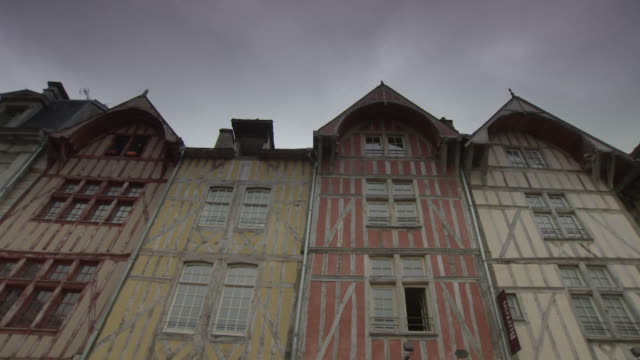sequence of panning shots showing the timber-framed seventeenth century buildings of the rue emile zola in troyes, france. - xvii° secolo video stock e b–roll