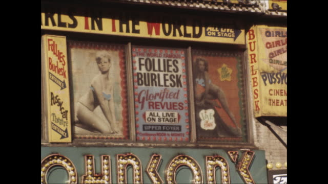 vidéos et rushes de sequence of peep show marquees in times square in the 1970s - lieux géographiques