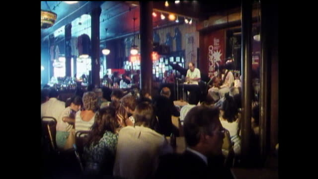 vidéos et rushes de sequence of people in a chicago bar in 1989 - 1980 1989
