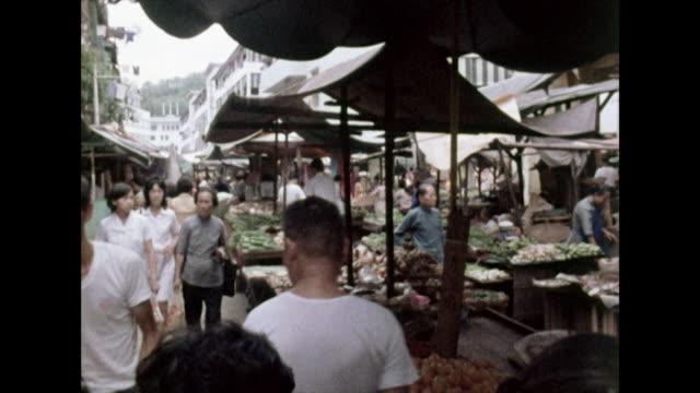 vidéos et rushes de sequence of people in singapore marketplace; 1972 - singapour
