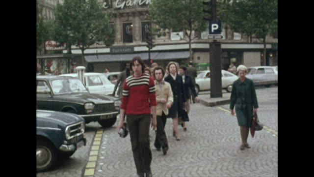 sequence of people on the streets in paris; 1972 - 以前の点の映像素材/bロール