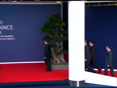 sequence of shots of prime minister of turkey recep erdogan arrival at g-20 summit. she shakes hands with crowds, waves, walks past the world flags... - primo ministro turco video stock e b–roll