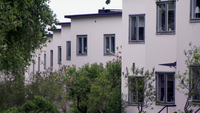 vidéos et rushes de sequence of shots on 1930's modernist houses in stockholm. - quartier résidentiel