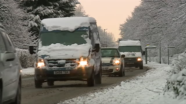vídeos de stock, filmes e b-roll de sequence of shots showing slow moving traffic on icy roads in hull england - chuva congelada