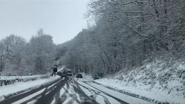 vídeos de stock, filmes e b-roll de sequence of shots showing snowy road conditions on sutton bank yorkshire - chuva congelada