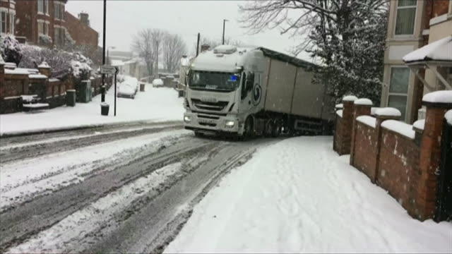 vídeos de stock, filmes e b-roll de sequence of shots showing vehicles struggling for grip on icy roads in lincoln uk - chuva congelada