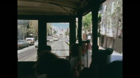 sequence of trolley buses going down san francisco hills - 1970 1979 bildbanksvideor och videomaterial från bakom kulisserna
