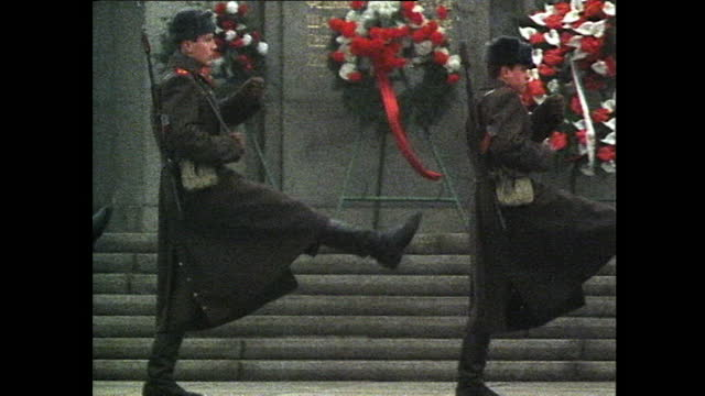 sequence of wide shots showing russian soldiers changing the guard at the soviet ww2 war memorial in berlin's tiergarten; 1985. - national landmark stock videos & royalty-free footage