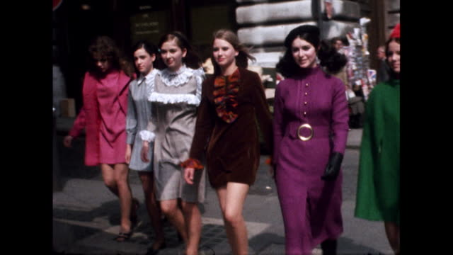 vidéos et rushes de sequence of young women in colourful 60s clothing; 1968 - mannequin métier