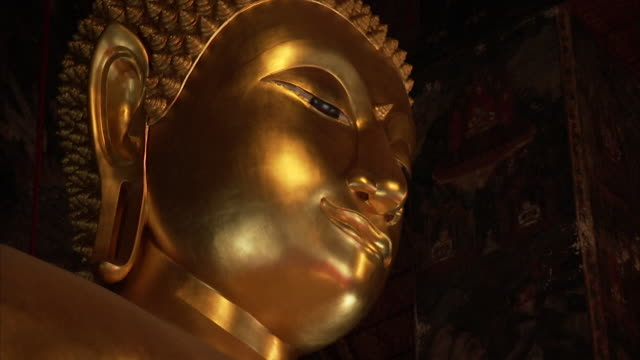 sequence on a golden buddha statue in bangkok, thailand. - buddha stock-videos und b-roll-filmmaterial