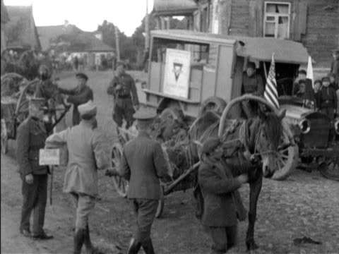 vidéos et rushes de sequence on american ymcs truck with stars and stripes polish flags flying personnel handing goodies to wounded soldiers / bolshevik prisoners world... - prisonnier de guerre
