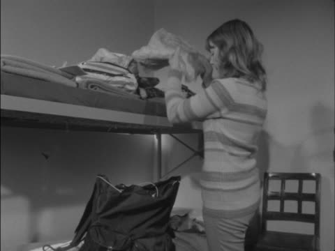 vídeos y material grabado en eventos de stock de sequence showing a guest at a youth hostel packing their bag in a communal bedroom - hostal