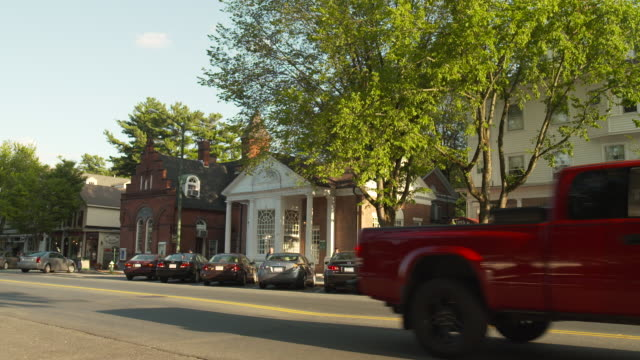 sequence showing a hotel and other buildings on main street in stockbridge, the town where the artist norman rockwell lived, massachusetts, usa. - straßenschild stock-videos und b-roll-filmmaterial