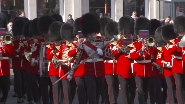 stockvideo's en b-roll-footage met sequence showing a military marching band playing as crowds of spectators watch windsor uk fkau104l clip taken from programme rushes aezq152y - yeomen warder