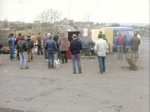 sequence showing a picket line outside a colliery in yorkshire - minatore video stock e b–roll