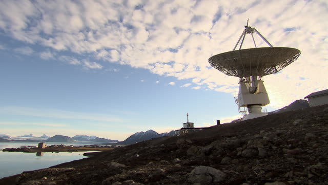 vídeos de stock e filmes b-roll de sequence showing a radio telescope slowly turning at a research base on svalbard.  - exploração espacial