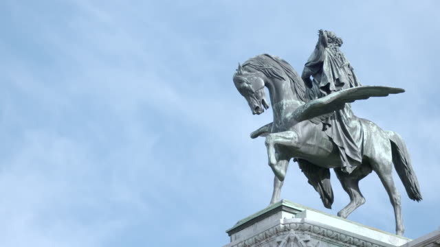 sequence showing a statue of one of erato's winged horses led by harmony at the vienna state opera house, austria. - pegasus stock videos & royalty-free footage