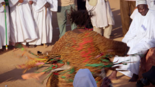 vidéos et rushes de sequence showing a whirling dervish spinning and dancing during a muslim religious ceremony in khartoum.  - soufisme