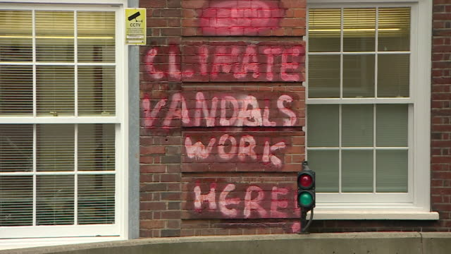 vídeos de stock e filmes b-roll de sequence showing anti third runway graffiti being removed off the conservative party headquarters - lavar