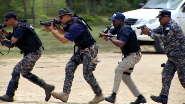 sequence showing anti-narcotics police of the dominican republic (dican) training for armed ambush. - militärisches trainingslager stock-videos und b-roll-filmmaterial