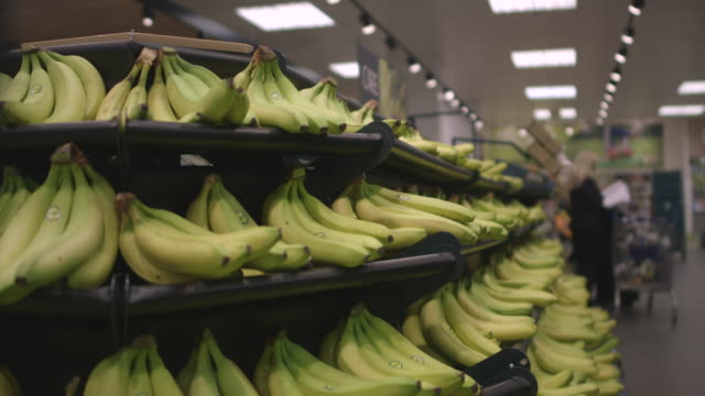 vidéos et rushes de sequence showing bananas in a tesco supermarket, uk. - banane fruit exotique