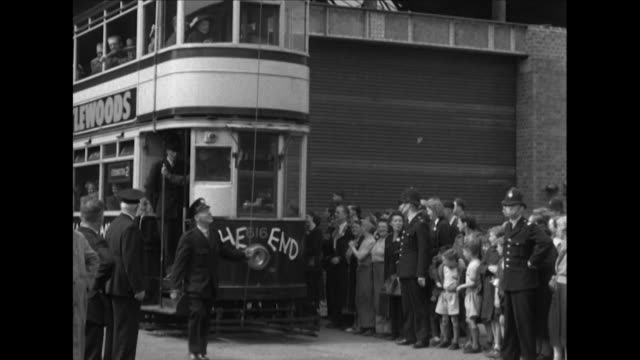 stockvideo's en b-roll-footage met sequence showing birmingham's last working tram on it's last day of operation - trambaan