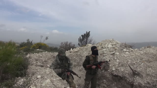 vídeos de stock e filmes b-roll de sequence showing british jihadists on the hills above the city of idlib syria - treino militar