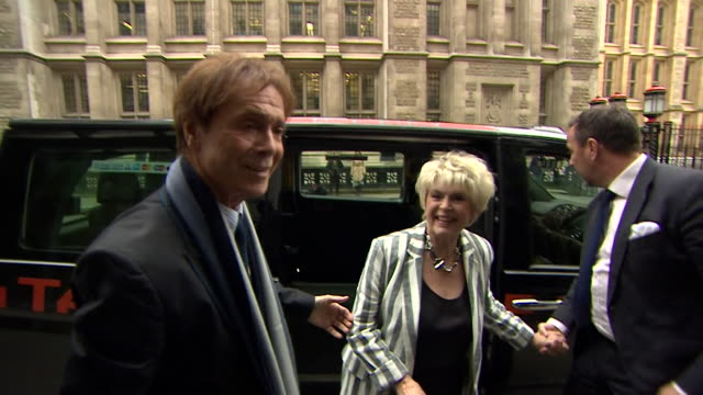 sequence showing cliff richard and gloria hunniford arriving at the high court in westminster, london - グロリア ハニフォード点の映像素材/bロール