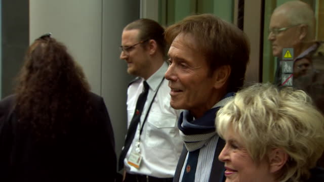 sequence showing cliff richard and gloria hunniford leaving the high court in westminster, london - グロリア ハニフォード点の映像素材/bロール