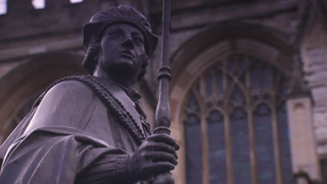 vídeos de stock e filmes b-roll de sequence showing cobwebs fluttering on a statue of henry vi holding the sceptre and orb at eton college, uk. - berkshire inglaterra