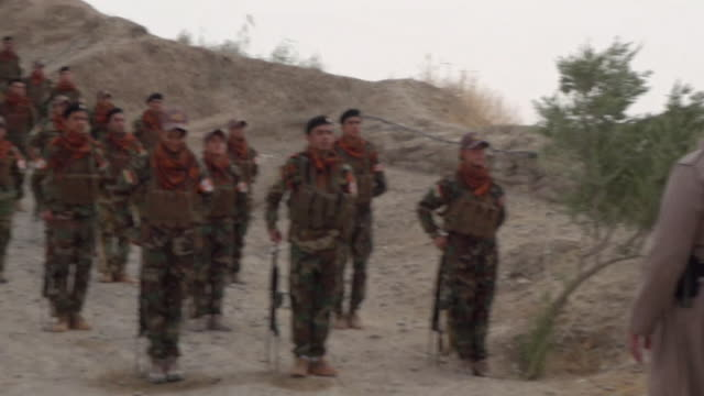 vídeos de stock, filmes e b-roll de sequence showing commander kemal kirkuki inspecting peshmerga forces on the front line of the fight with isis northern iraq september 2017 nnbz123b... - curdo