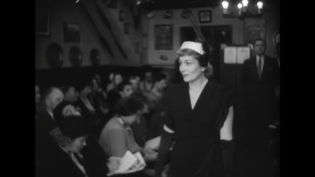 vídeos y material grabado en eventos de stock de sequence showing crowds watching a fashion show. - colección de la moda