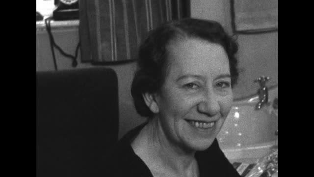 vídeos de stock, filmes e b-roll de sequence showing dame flora robson in a theatre dressing room applying make up and smiling at the camera - atriz