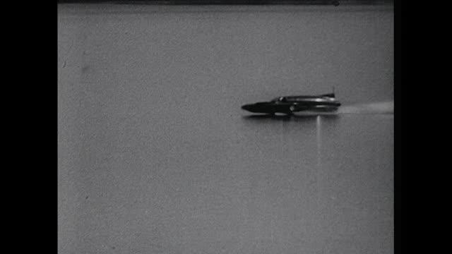vídeos y material grabado en eventos de stock de sequence showing donald campbell setting a new water speed record in australia - hidroplano