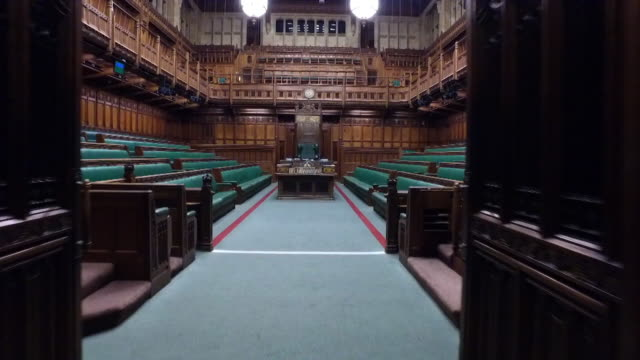 stockvideo's en b-roll-footage met sequence showing drone or steadicam footage of an empty house of commons including the green benches - house of commons