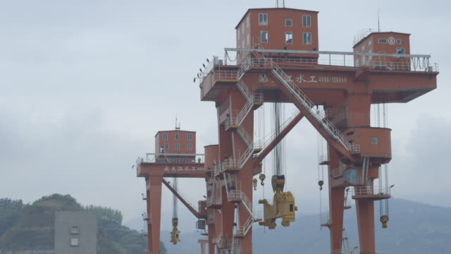 vidéos et rushes de sequence showing enormous steel ship lifts topped by buildings housing cable mechanisms on the three gorges dam, yichang, yiling district, hubei province, china. - acier