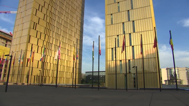 vidéos et rushes de sequence showing exteriors of the european court of justice in luxembourg nnbz103t ae number absa627d - justice concept