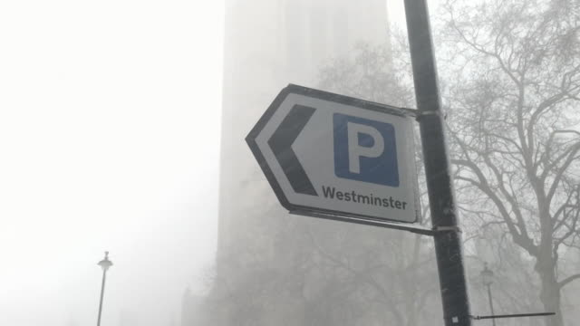 vídeos de stock, filmes e b-roll de sequence showing external shots of the palace of westminster in heavy snow london - chuva congelada
