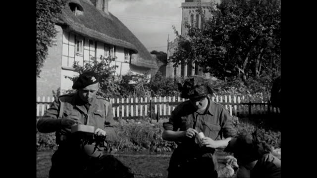 vídeos de stock e filmes b-roll de sequence showing field marshall lord montogomery and various soldiers eating rations during a military exercise in wiltshire - chávena de chá